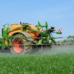 Getreideanbau, Feldspritze im Getreidebestand
