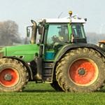 XXX - Traktor mit Düngerstreuer auf dem Kornfeld - 8946